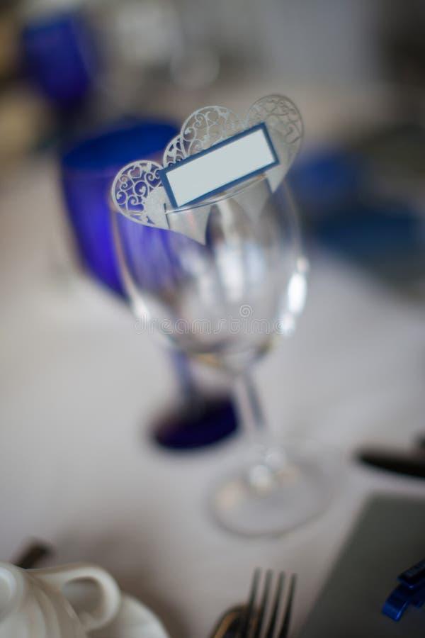 Macro cuori con la piccola etichetta sul bicchiere di vino immagine stock