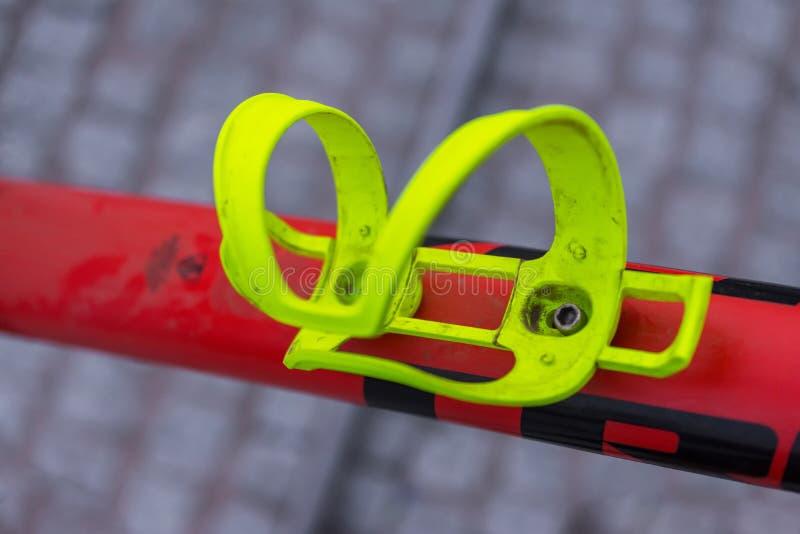 Macro détail d'une cage jaune acide de bouteille de vélo photographie stock