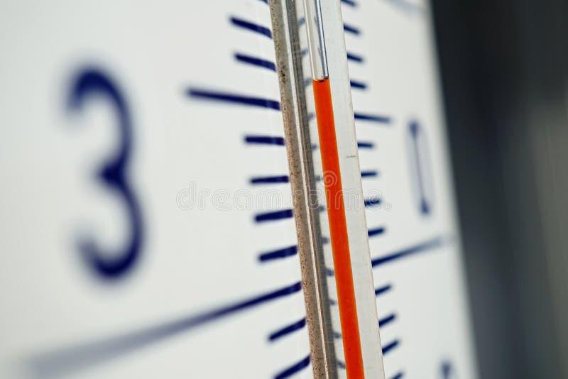 Macro détail de et vieux thermomètre extérieur poussiéreux dans la haute température de mesure de rétro conception de trente-cinq photo libre de droits