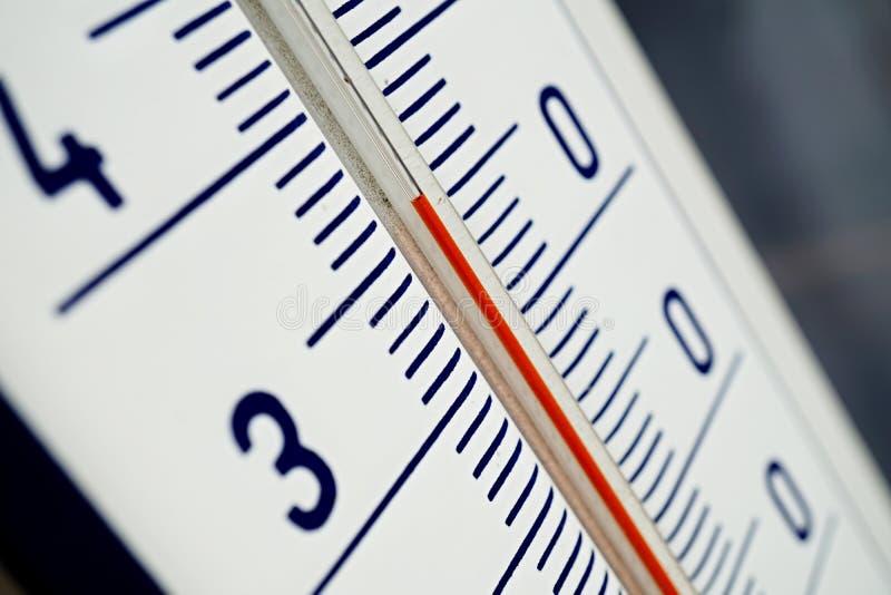 Macro détail de et vieux thermomètre extérieur poussiéreux dans la haute température de mesure de rétro conception de trente-cinq photographie stock