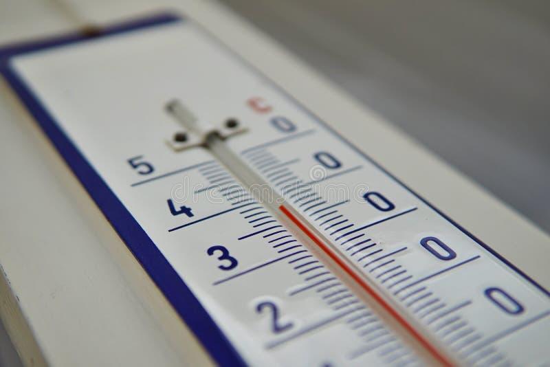 Macro détail de et vieux thermomètre poussiéreux dans la rétro conception mesurant très à hautes températures de presque quarante image libre de droits