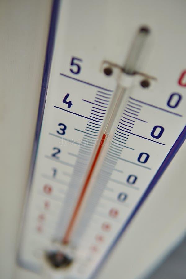 Macro détail de et vieux thermomètre poussiéreux dans la rétro conception mesurant très à hautes températures de presque quarante images libres de droits