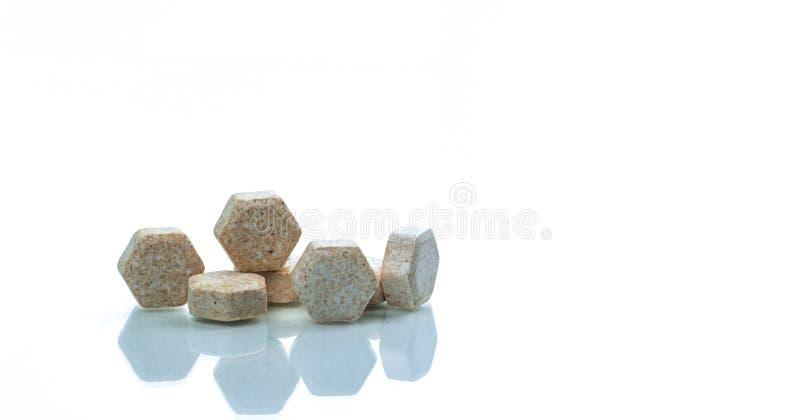 Macro détail de tir des pastilles médicales d'hexagone brun avec l'extrait vert brésilien de propolis pour la toux, l'angine et l photos stock