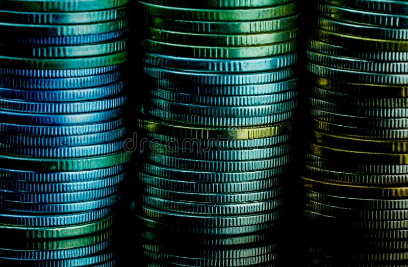 Macro détail de tir des piles d'or et argentées de pièce de monnaie de couleur sur le fond foncé avec l'espace de copie pour le t image libre de droits