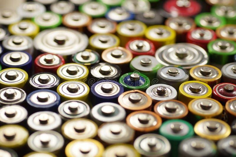 Macro Dúzias dos tipos, dos tamanhos, das cores de baterias usadas e dos acumuladores recycling foto de stock royalty free