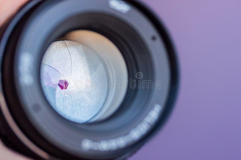 Macro d'ouverture d'objectif de caméra avec des réflexions photo libre de droits