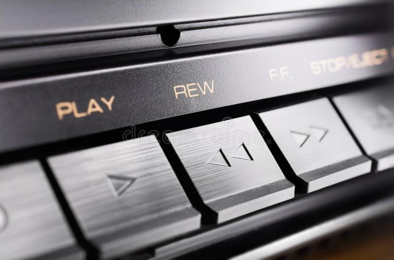 Macro d'un bouton de rebobinage rectangulaire d'un vieux système audio stéréo de haute fidélité images stock