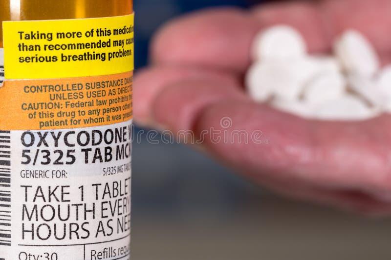 Macro da garrafa da tabuleta do opiáceo do oxycodone imagens de stock
