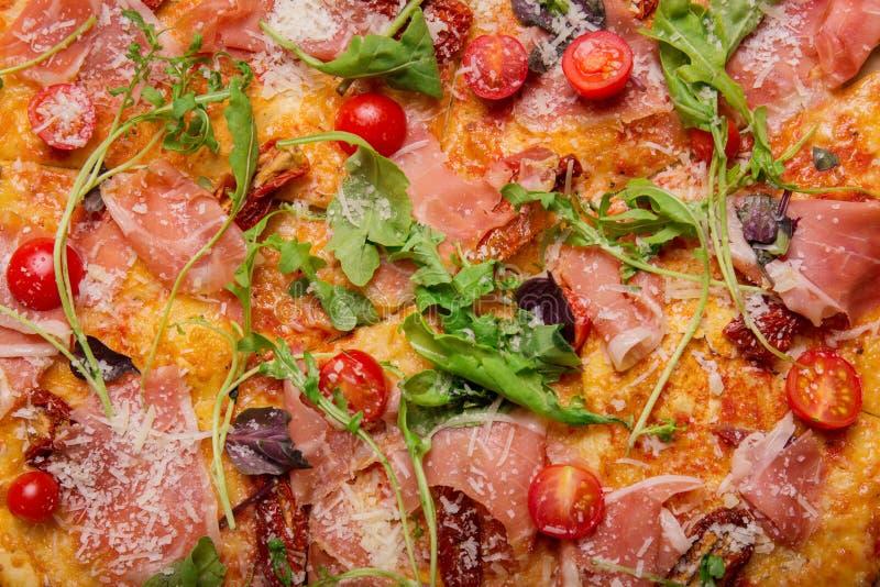 Macro da pizza Close-up de uma pizza fresca Conceito culinário italiano Fundo da pizza Fast food e alimento para partidos imagem de stock