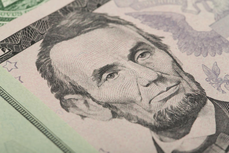 Macro de Abraham Lincoln na cédula do dólar de cinco EUA imagens de stock royalty free