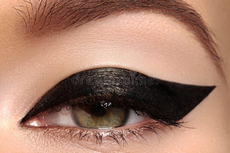 Macro de la belleza del ojo con maquillaje del trazador de líneas de la manera imagenes de archivo