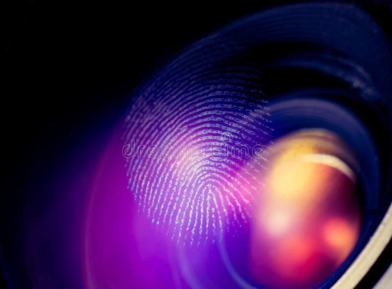 Macro de la huella dactilar sobre el vidrio imagenes de archivo