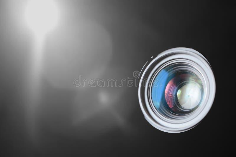 Macro de la lente de cámara de la foto contra un fondo negro con alguna llamarada ligera del foco Ciertas reflexiones y espacio v fotografía de archivo libre de regalías