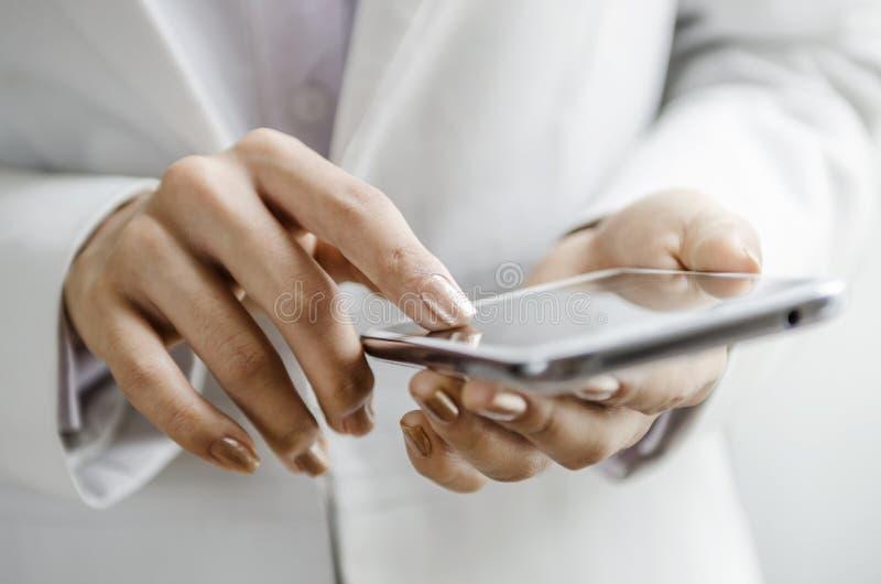 Macro de la mano de la mujer en el teléfono foto de archivo libre de regalías