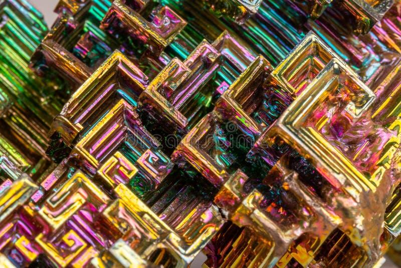Macro de la pierre minérale de bismuth sur un fond blanc photos stock