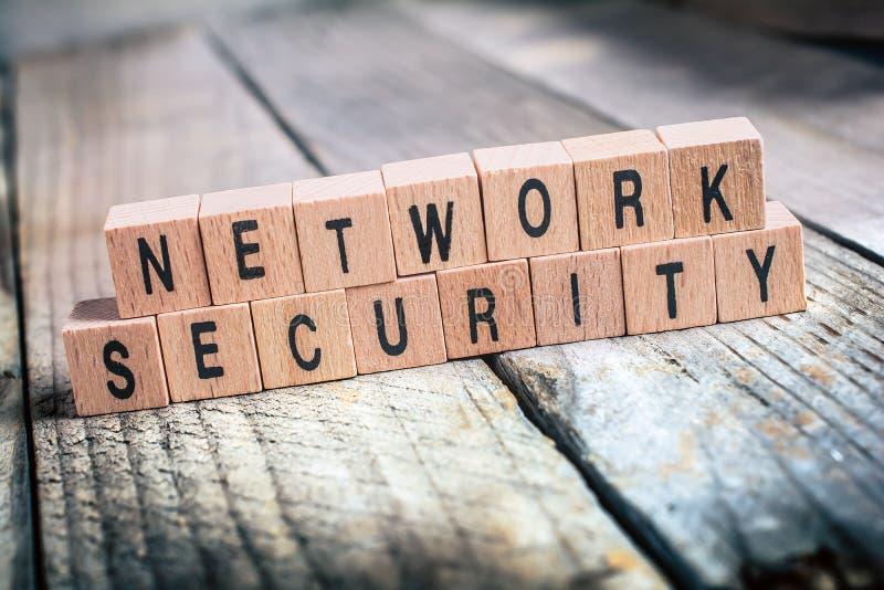 Macro de la seguridad de la red de las palabras formada por los bloques de madera en un piso de madera imagenes de archivo