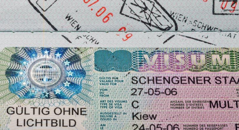 Macro de la visa de Schengen en el pasaporte, issuied en embajada austríaca imagen de archivo