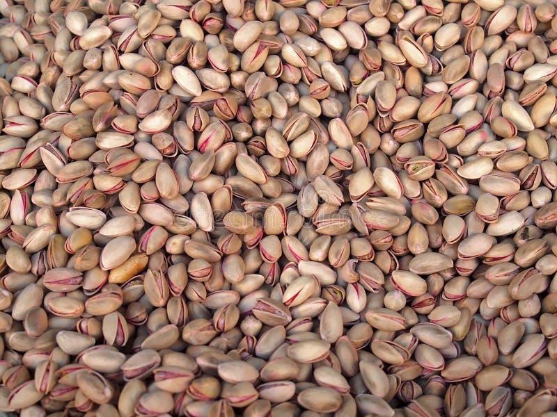 Macro de pistaches saudáveis nas cascas de noz imagens de stock
