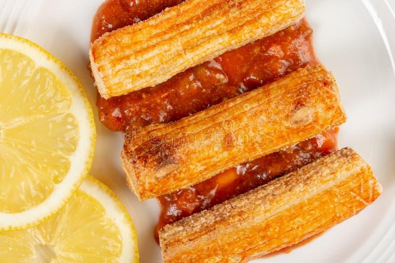 Macro de plan rapproch? de Fried Surimi Sticks With Lemons du plat photographie stock libre de droits