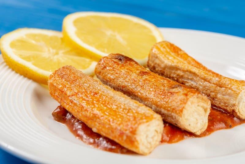 Macro de plan rapproch? de Fried Surimi Sticks With Lemons du plat image libre de droits