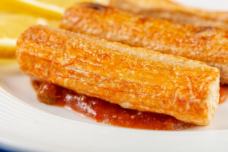 Macro de plan rapproch? de Fried Surimi Sticks With Lemons du plat image stock