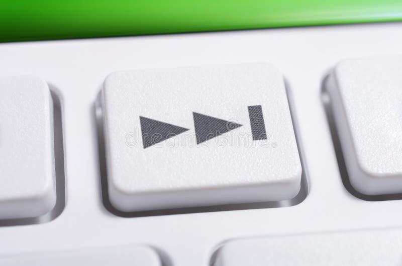 Macro de um botão dianteiro da faixa clara branca de um controlo a distância branco para um sistema de áudio estereofônico de alt foto de stock royalty free