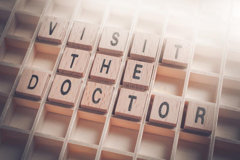 Macro de uma visita que os blocos de madeira do doutor Reminder Formed By em um tipo encaixotam imagens de stock