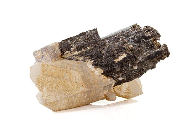 Macro de un fluorito mineral del cuarzo de la volframita de la piedra en un fondo blanco fotos de archivo
