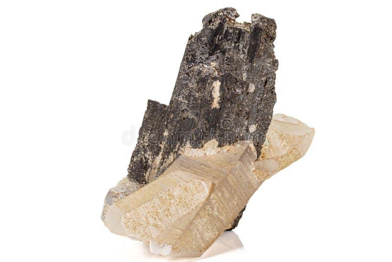 Macro de un fluorito mineral del cuarzo de la volframita de la piedra en un fondo blanco imágenes de archivo libres de regalías