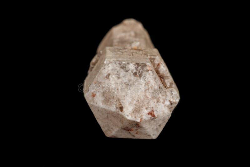 Macro de una piedra, a cetro-como el mineral del cuarzo en un fondo negro fotos de archivo libres de regalías