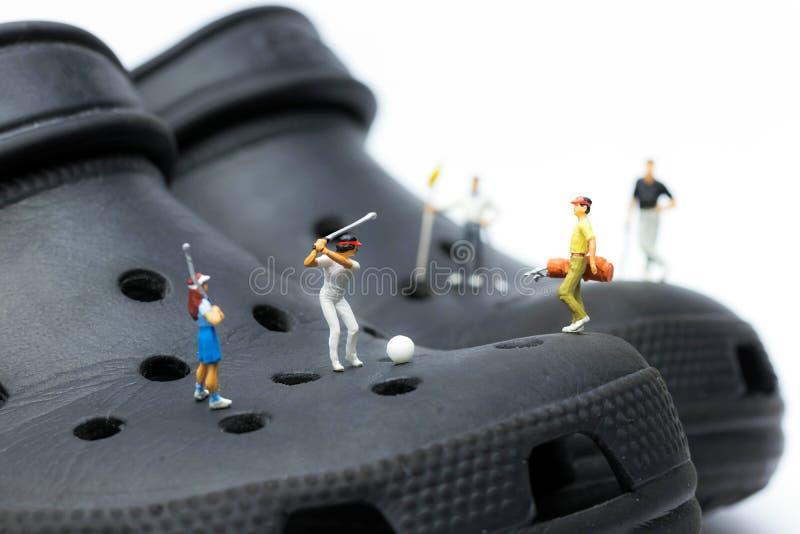 Macro dei giocatori di golf miniatura sugli impedimenti immagine stock