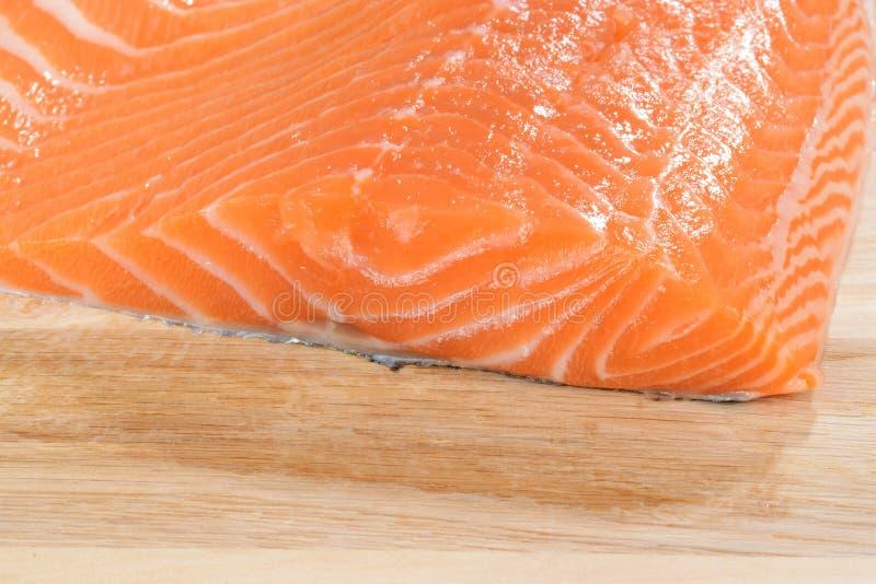 Salmoni crudi freschi su legno fotografia stock