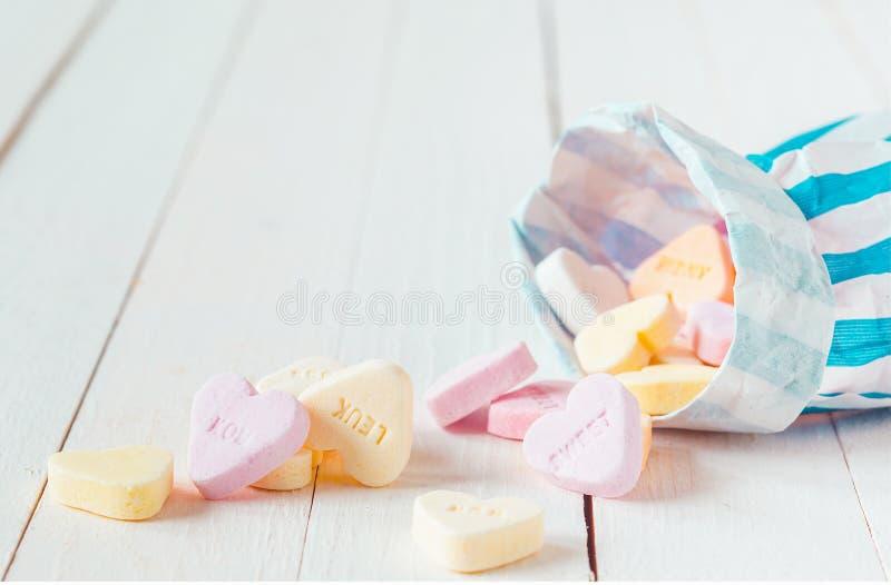 Macro del bolso del caramelo que derrama los caramelos en forma de corazón fotografía de archivo libre de regalías