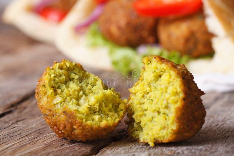 Macro del Falafel contro lo sfondo del pane della pita fotografia stock libera da diritti