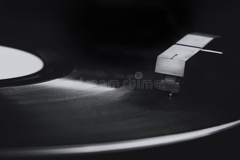 Macro del giradischi anziano del vinile in bianco e nero fotografia stock
