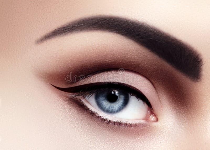 Macro del primo piano degli occhi sexy della donna con trucco di modo di sera Fodera nera e forti fronti Retro Diva Style Eye Mak immagini stock