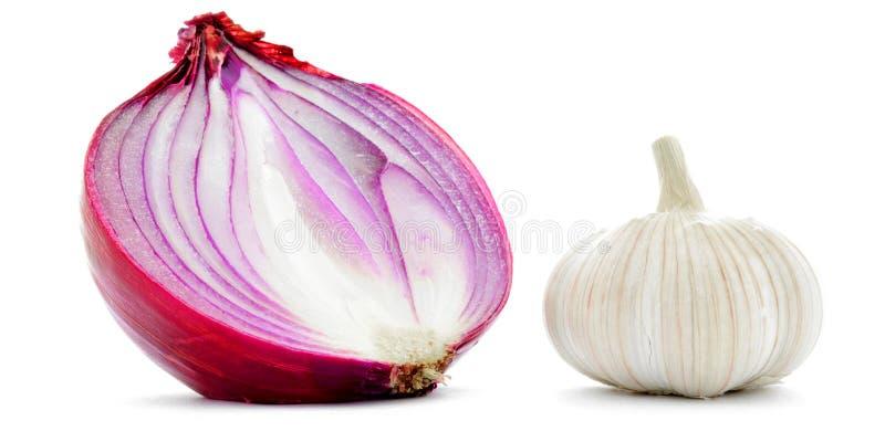 Macro del primo piano della cipolla rossa e dell'aglio mezza isolata su bianco immagine stock
