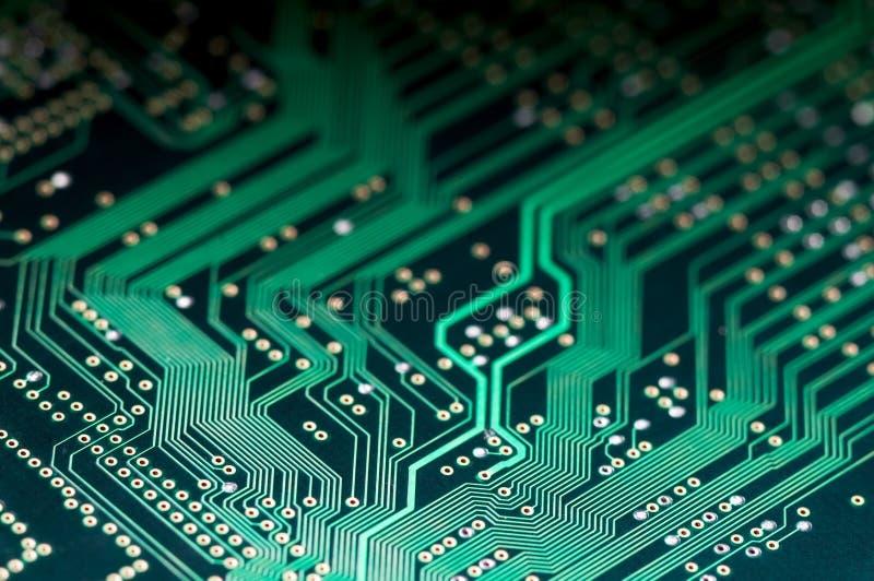 Macro del PWB electrónico de la placa de circuito en verde fotos de archivo