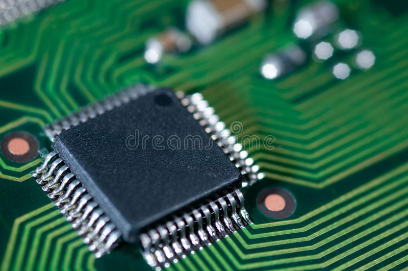Macro del PWB elettronico del circuito nel verde fotografie stock libere da diritti