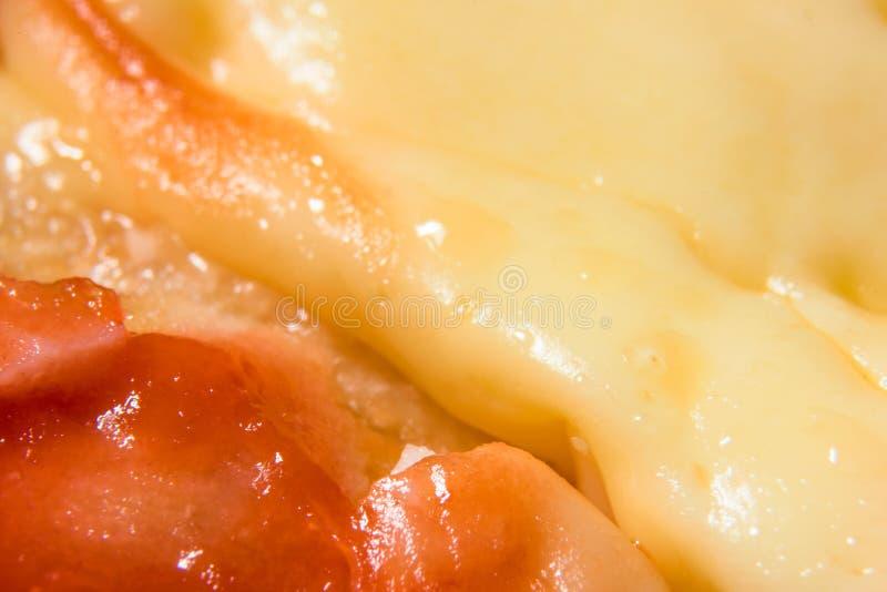 Macro del queso procesado y del tomate fotos de archivo