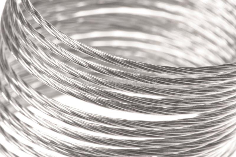 Macro della sorgente del metallo isolata immagine stock