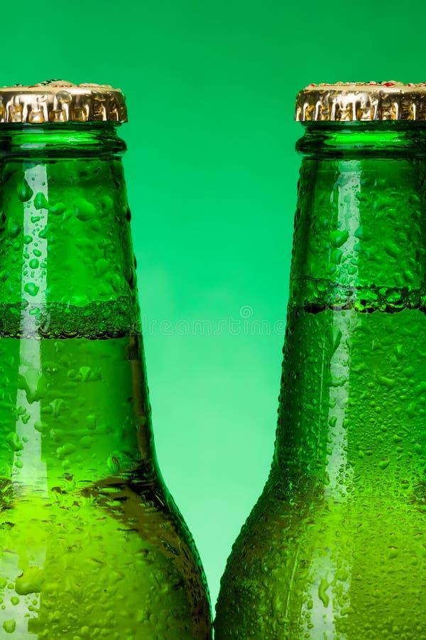 Macro des bouteilles à bière vertes humides photos libres de droits