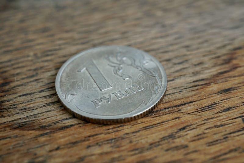 Macro dettaglio di una moneta d'argento brillante di un rublo & x28; Rouble& x29; come simbolo di valuta russa sui precedenti di  fotografia stock libera da diritti