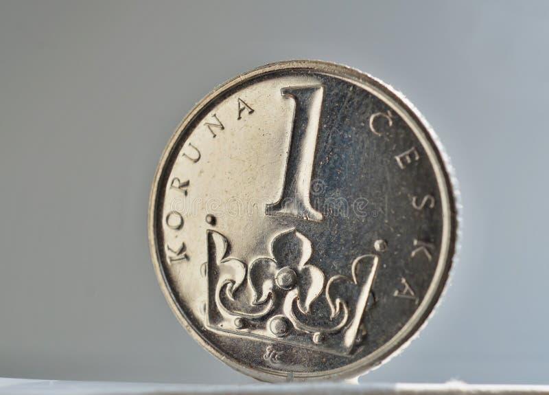 Macro dettaglio di una moneta d'argento in un valore di una corona ceca KC, CZK su bianco e fondo dell'argento come simbolo di va fotografie stock libere da diritti