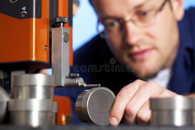 Macro di misurazione dell'assistente tecnico immagine stock libera da diritti