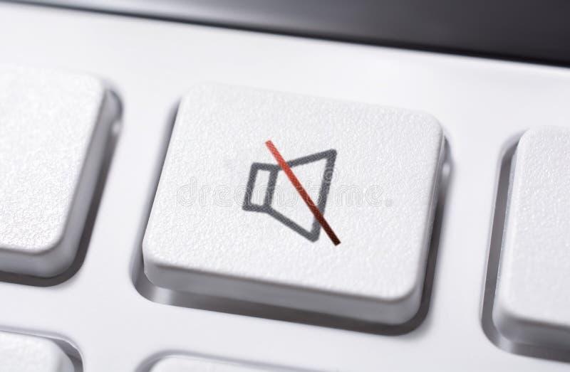 Macro di un bottone bianco del muto del volume di un telecomando bianco per un audio sistema stereo ad alta fedeltà fotografia stock libera da diritti