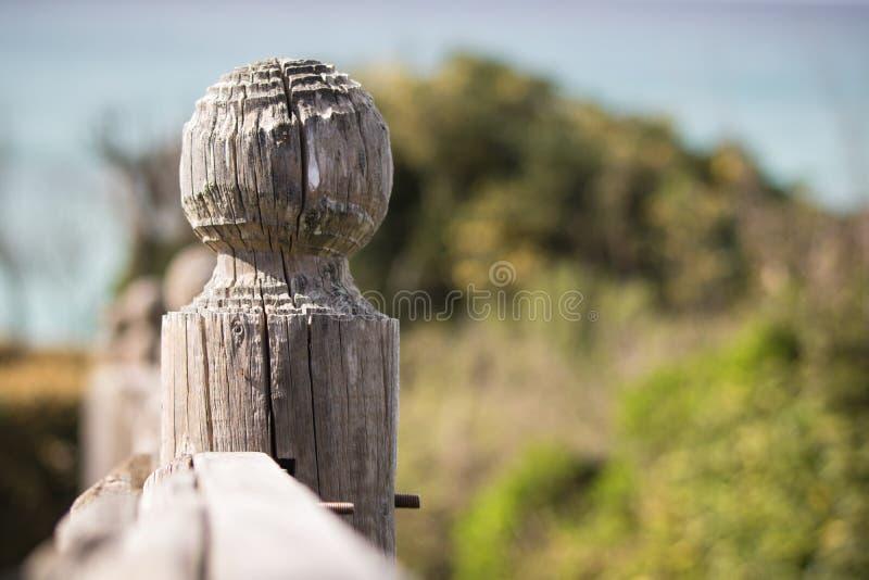 Macro dicht omhooggaand detail van houten omheining gesneden post op Atlantische kustlijn stock afbeeldingen