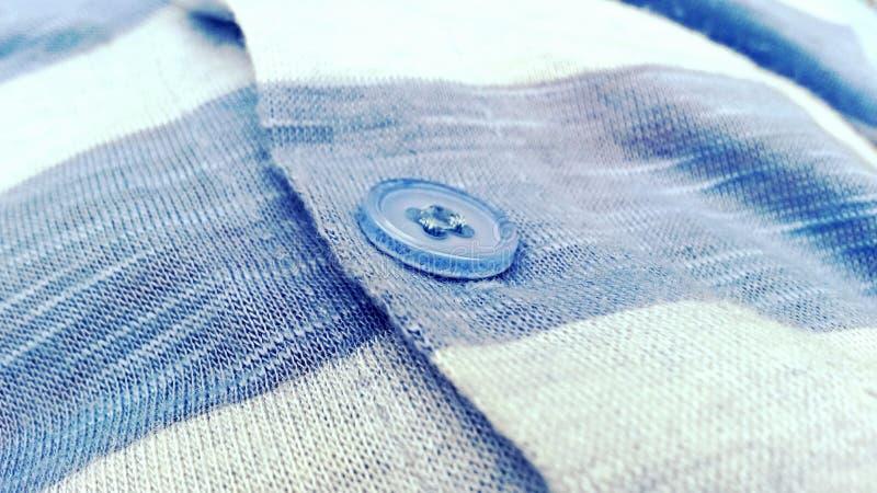 Macro die van knoop op een lichtblauwe sweater wordt geschoten royalty-vrije stock foto