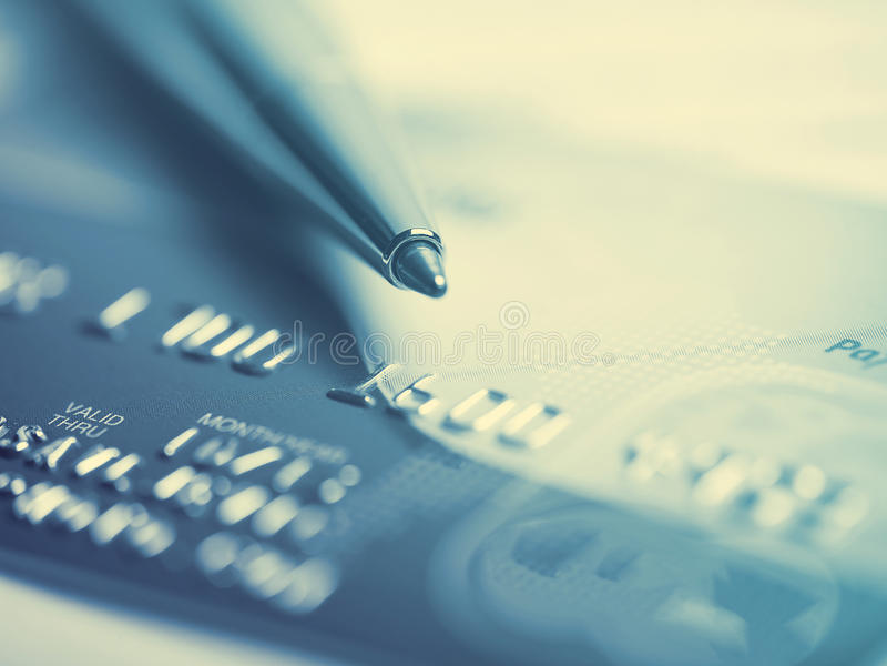 Macro do cartão e da pena de crédito fotografia de stock royalty free