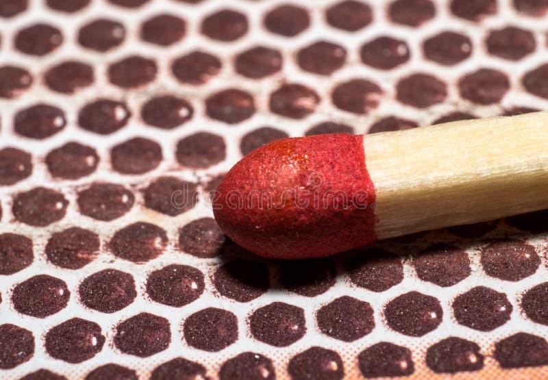 Macro do close up do fósforo vermelho unlit na caixa do fósforo imagem de stock